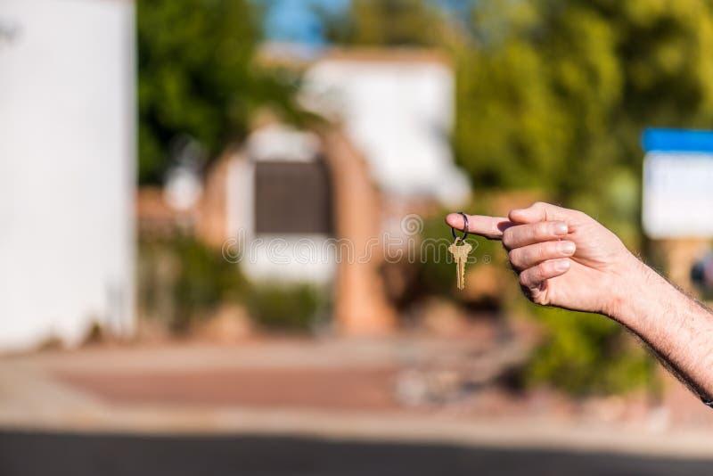 Κλειδί παράδοσης για το καινούργιο σπίτι στοκ φωτογραφία με δικαίωμα ελεύθερης χρήσης