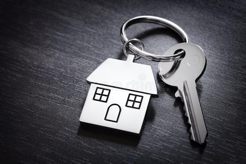 Κλειδί σπιτιών στο keychain στοκ φωτογραφία