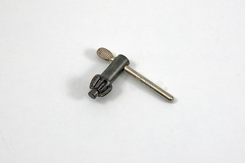 Κλειδί τσοκ τρυπανιών στο άσπρο υπόβαθρο στοκ φωτογραφία με δικαίωμα ελεύθερης χρήσης