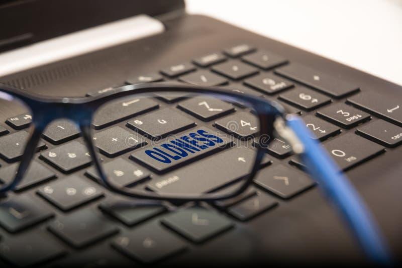 Κλειδί PC με γραπτό Presbyopia που βλέπει μέσω των γυαλιών στοκ εικόνα