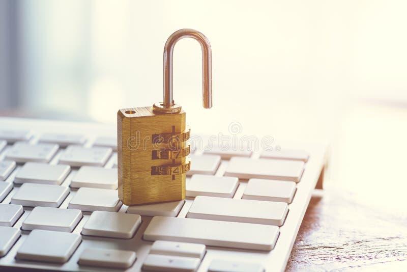 Κλειδαριά ασφάλειας μετάλλων με pass-code ή τον κωδικό πρόσβασης στο keybo υπολογιστών στοκ φωτογραφία με δικαίωμα ελεύθερης χρήσης