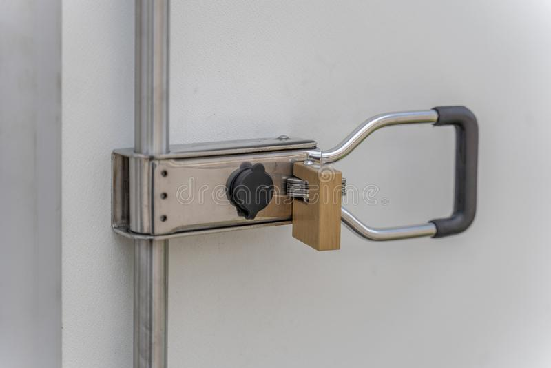 Κλειδαριά ασφάλειας σε ένα εμπορευματοκιβώτιο για να αποτρέψει την είσοδο στοκ φωτογραφίες