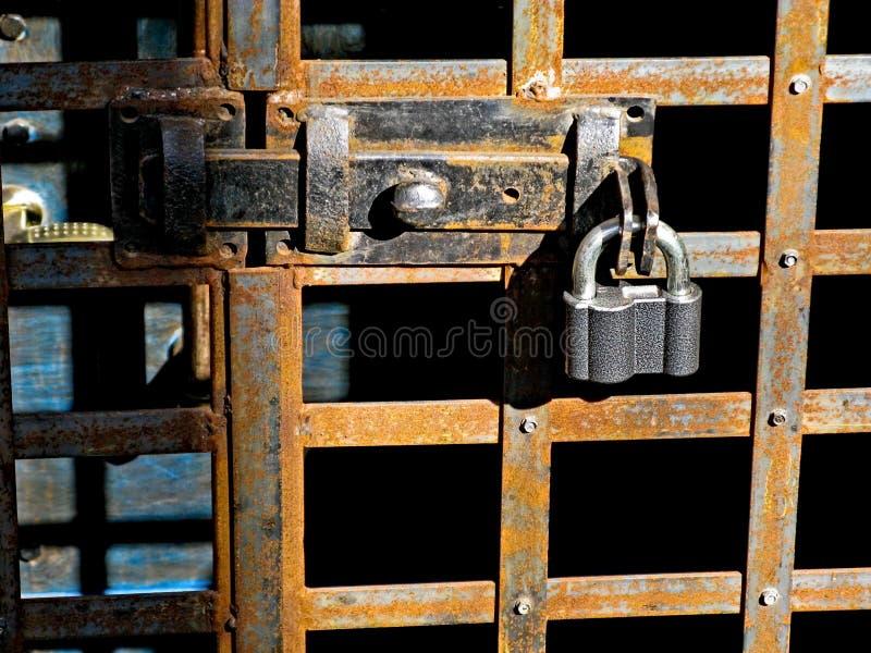 Κλειδαριά πορτών για το βασικό κλείσιμο, κλειδαρότρυπα, hasp μπουλόνι Συλλογή των παλαιών εκλεκτής ποιότητας αναδρομικών κλειδαρι στοκ εικόνα