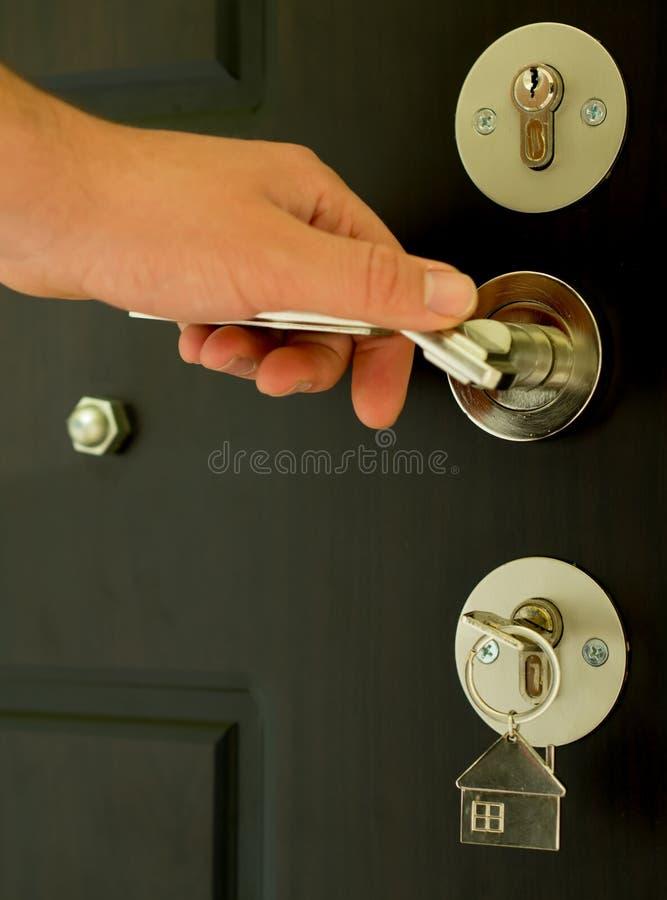 Κλειδαριά πορτών σπιτιών στο κλειδί με το keychain στοκ φωτογραφία με δικαίωμα ελεύθερης χρήσης