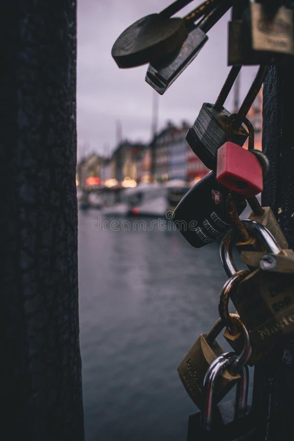 Κλειδαριά σε μια γέφυρα σε Nyhavn Κοπεγχάγη, Δανία στοκ φωτογραφίες