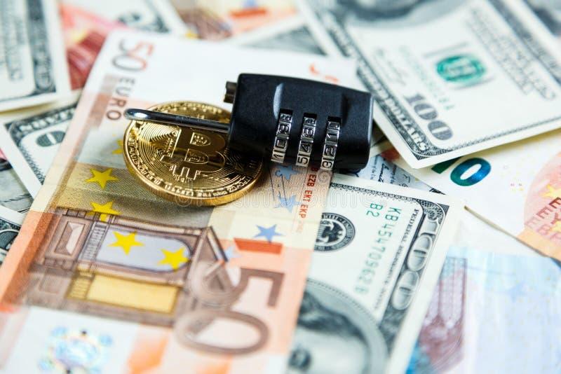 Κλειδαριά στα bitcoins στο πραγματικό υπόβαθρο χρημάτων Ασφάλεια Διαδικτύου, κίνδυνος, επένδυση, επιχείρηση στοκ εικόνα