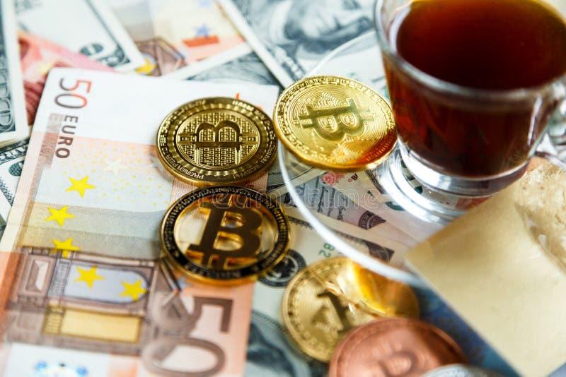 Κλειδαριά στα bitcoins στο πραγματικό υπόβαθρο χρημάτων Ασφάλεια Διαδικτύου, κίνδυνος, επένδυση, επιχείρηση στοκ φωτογραφία