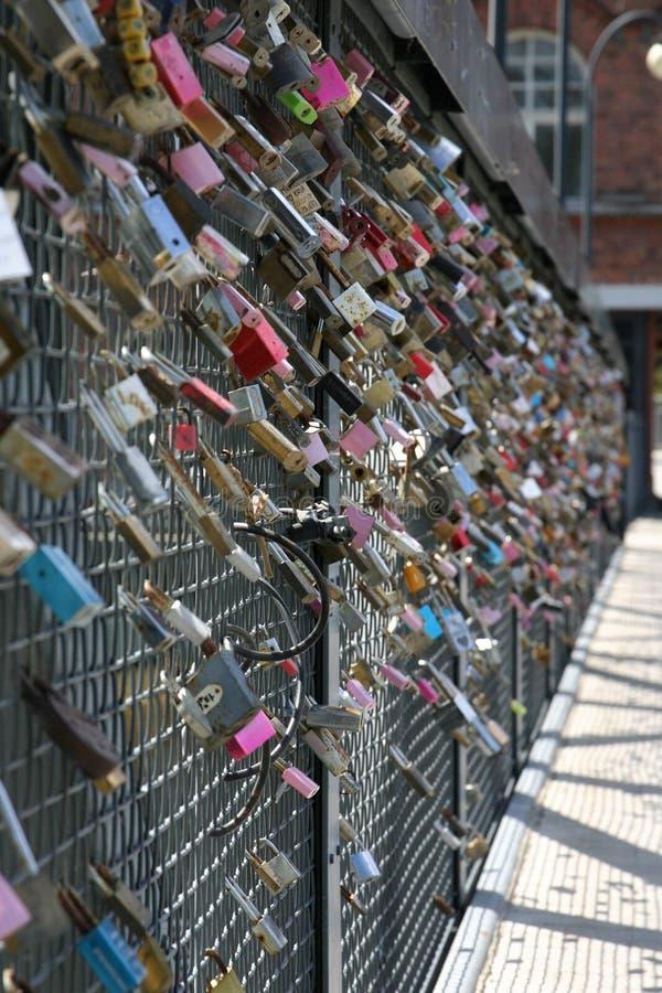 Κλειδαριές αγάπης σε μια γέφυρα στοκ φωτογραφίες με δικαίωμα ελεύθερης χρήσης