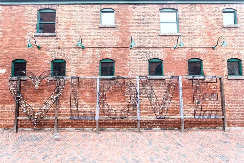 Κλειδαριές αγάπης στην περιοχή οινοπνευματοποιιών στο Τορόντο στοκ φωτογραφία