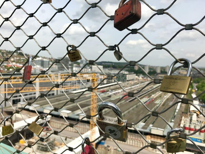 Κλειδαριές αγάπης στο εργοτάξιο οικοδομής στον κύριο σταθμό της Στουτγάρδης για το πρόγραμμα σιδηροδρόμων Stuttgart21 στοκ φωτογραφίες με δικαίωμα ελεύθερης χρήσης