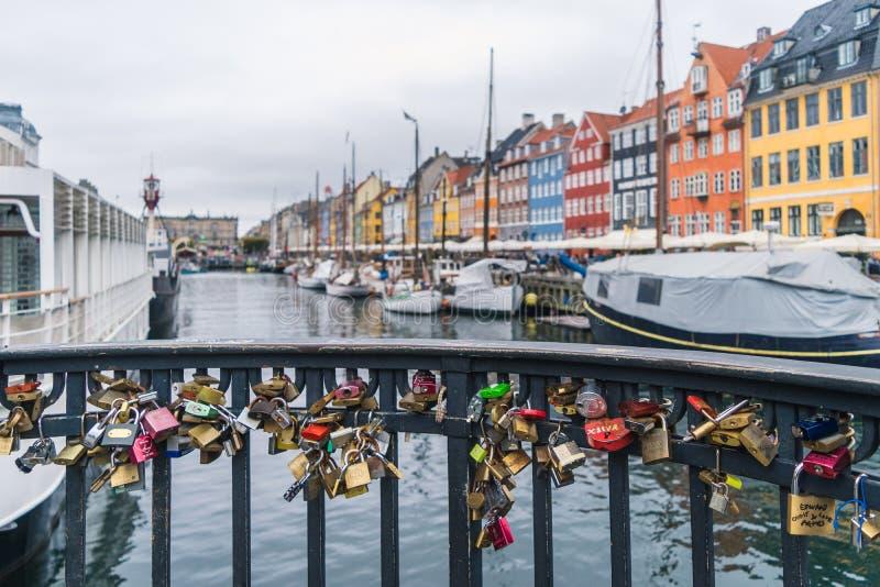 Κλειδαριές αγάπης στο nyhavn στην Κοπεγχάγη, Δανία στοκ φωτογραφία με δικαίωμα ελεύθερης χρήσης