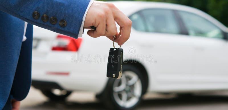 Κλειδιά αυτοκινήτων, στα χέρια ενός υπαλλήλου τραπεζών στοκ φωτογραφία