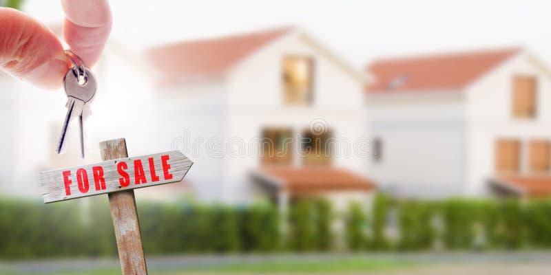 Κλειδιά και σημάδι για το σπίτι πώλησης στοκ φωτογραφία με δικαίωμα ελεύθερης χρήσης