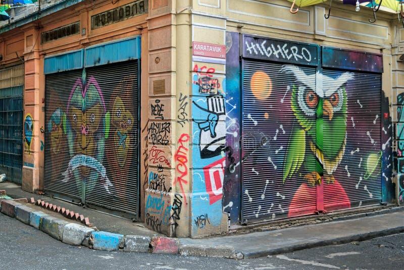 Κλειστά εξωτερικά καταστημάτων με τις πόρτες μετάλλων που χρωματίζονται με τα ζωηρόχρωμα γκράφιτι στην οδό Hoca Tahsin, περιοχή K στοκ εικόνα με δικαίωμα ελεύθερης χρήσης
