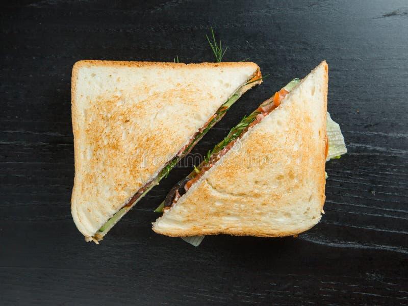 Κλειστά σάντουιτς τριγώνων με τις διαφορετικές γαρνιτούρες στοκ φωτογραφία με δικαίωμα ελεύθερης χρήσης