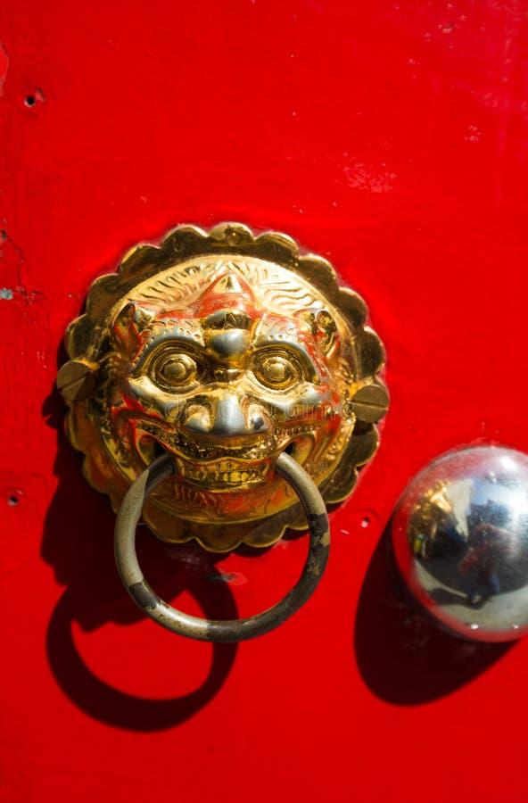 Κλειστή επάνω λαβή πορτών ύφους ραχών στο κόκκινο στοκ εικόνες