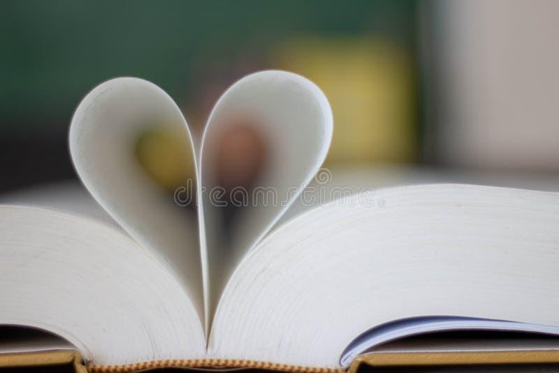 Κλειστή μορφή καρδιών από το βιβλίο στοκ φωτογραφία με δικαίωμα ελεύθερης χρήσης