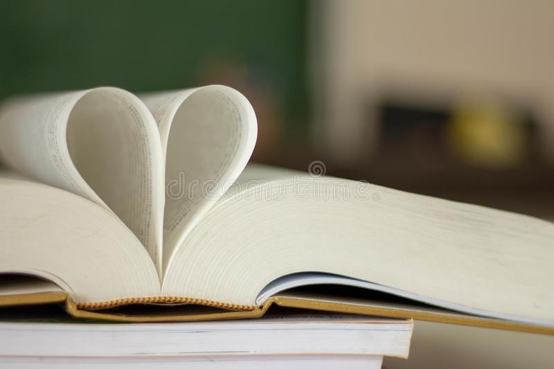 Κλειστή μορφή καρδιών από το βιβλίο στοκ φωτογραφίες