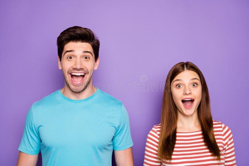 Κλειστή φωτογραφία δύο αστείων ατόμων ζευγάρι θετικά συναισθήματα, καλή διάθεση, ανοιχτό στόμα, απίστευτες ειδήσεις φοράνε στυλάτ στοκ φωτογραφία με δικαίωμα ελεύθερης χρήσης