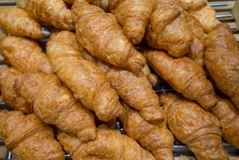 Κλειστός επάνω παραδοσιακός croissant που γίνεται με οργανικό ολόκληρο το ΛΦ σίτου στοκ φωτογραφία