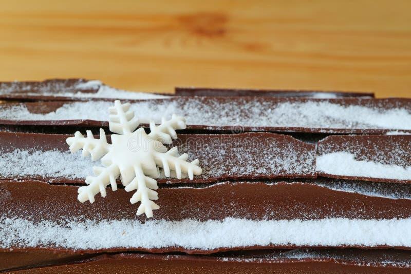 Κλειστός επάνω την επιφάνεια του κέικ κούτσουρων Yule σοκολάτας με διαμορφωμένη τη Snowflake διακόσμηση ζάχαρης για τα Χριστούγεν στοκ εικόνες με δικαίωμα ελεύθερης χρήσης