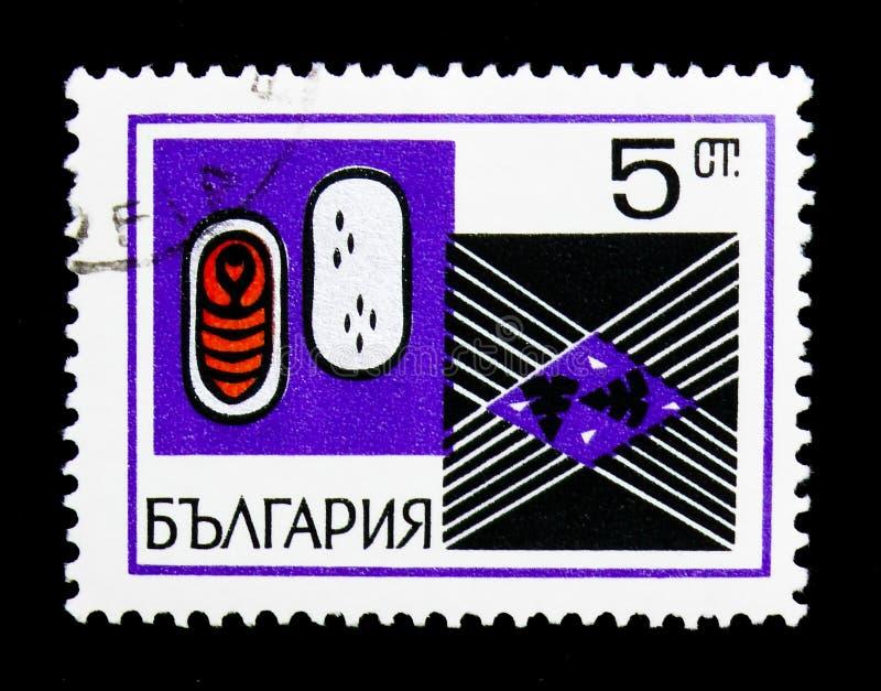 Κλειστό και ανοικτό κουκούλι με την κούκλα, βουλγαρική βιομηχανία μεταξιού serie, circa 1969 στοκ εικόνες με δικαίωμα ελεύθερης χρήσης