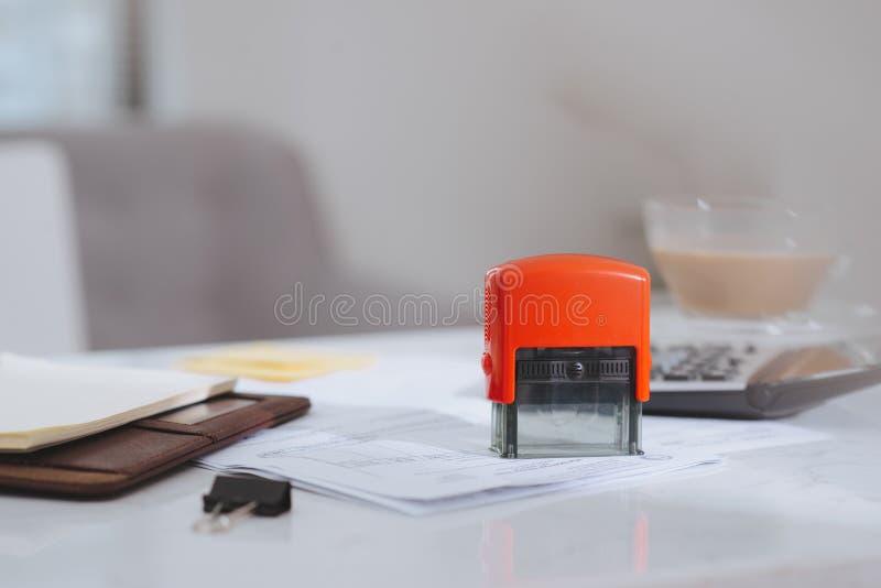 Κλειστό και χαλαρή εστίαση στην γραφίδα που βρίσκεται πάνω σε έγγραφα με αριθμομηχανή για συνοπτικό εισόδημα ή κέρδος στο γραφείο στοκ εικόνα με δικαίωμα ελεύθερης χρήσης