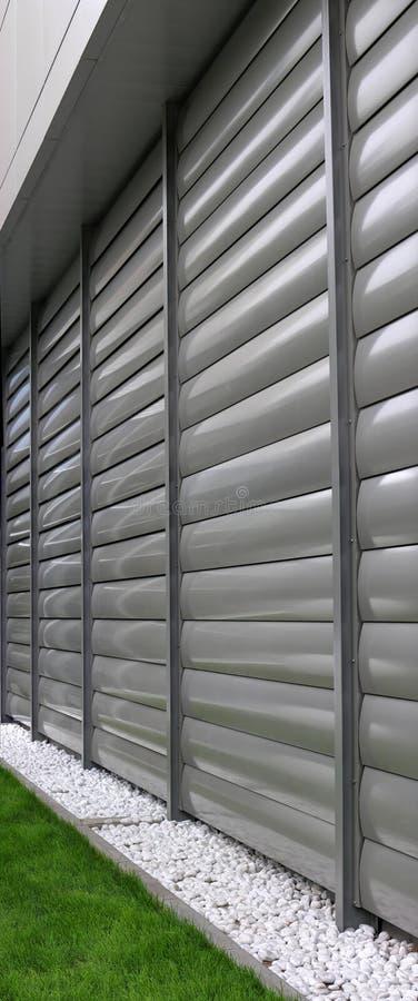 Κλειστό μεταλλικό παραθυρόφυλλο παραθύρων στο κτίριο γραφείων στοκ φωτογραφίες με δικαίωμα ελεύθερης χρήσης