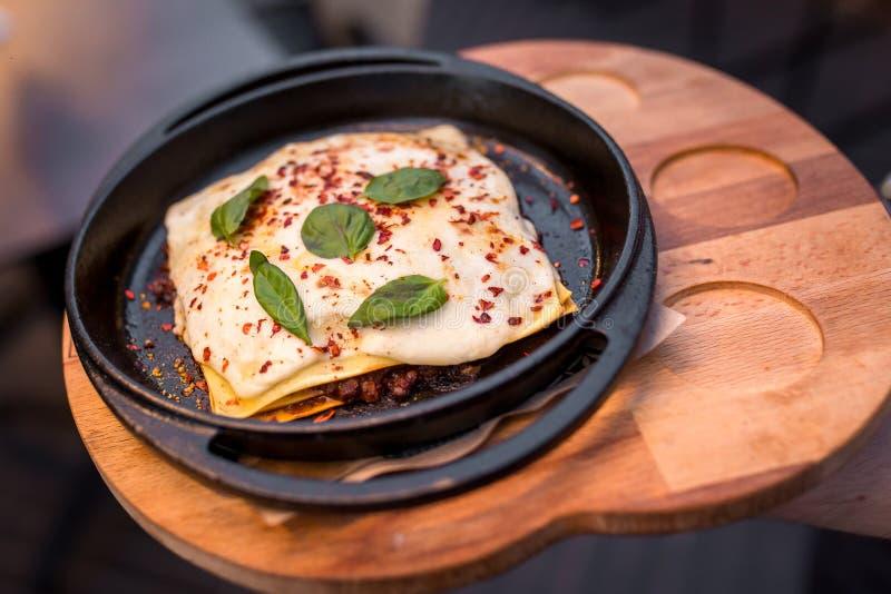 Κλειστό πίτα μίνι-πίτα που γεμίζεται με το κρέας Αργεντινό πιάτο tortillas, του τυριού, του βασιλικού και του κρέατος στοκ εικόνες