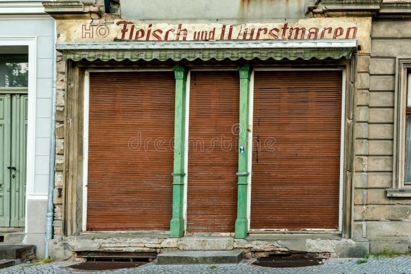 Κλειστό παλαιό κατάστημα χασάπηδων της ΟΔΓ για το κρέας και τα λουκάνικα στοκ φωτογραφία