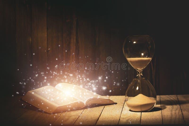 Κλεψύδρα και Αγία Βίβλος στοκ φωτογραφίες