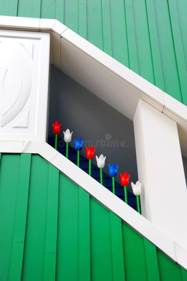 Κλιμακοστάσιο ενός σύγχρονου κτηρίου με τις χρωματισμένες ξύλινες τουλίπες στοκ φωτογραφίες