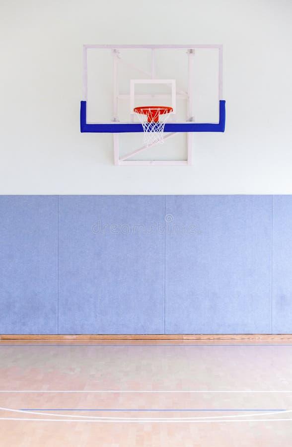 Κλουβί στεφανών καλαθοσφαίρισης, απομονωμένη μεγάλη κινηματογράφηση σε πρώτο πλάνο ραχών, νέο outd στοκ φωτογραφία με δικαίωμα ελεύθερης χρήσης
