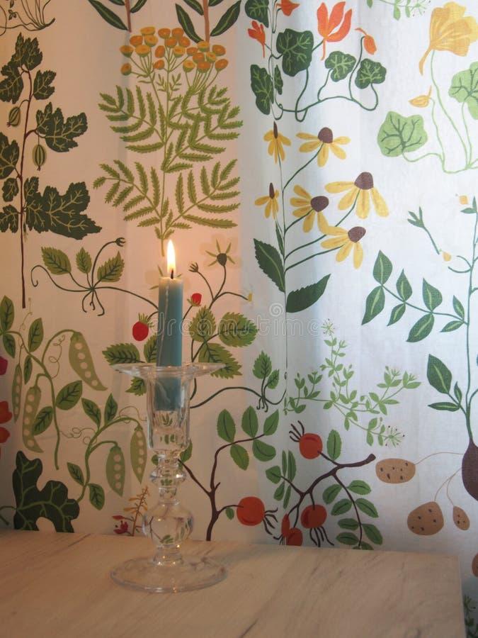 Κλωστοϋφαντουργικό προϊόν κουρτινών, κάτοχος κεριών γυαλιού και κερί στοκ φωτογραφία με δικαίωμα ελεύθερης χρήσης