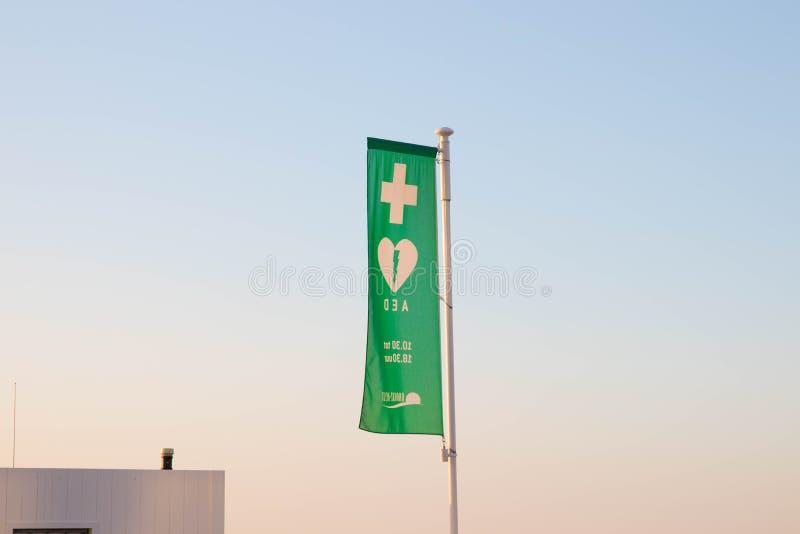 Κνόκε/Βέλγιο - 08 08 18: Πράσινο λογότυπο ιατρικών κέντρων ασφάλειας σημαιών AED στοκ φωτογραφίες