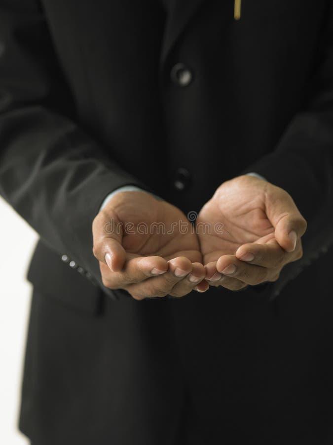 κοίλα χέρια που κρατούν τ&omic στοκ φωτογραφία με δικαίωμα ελεύθερης χρήσης