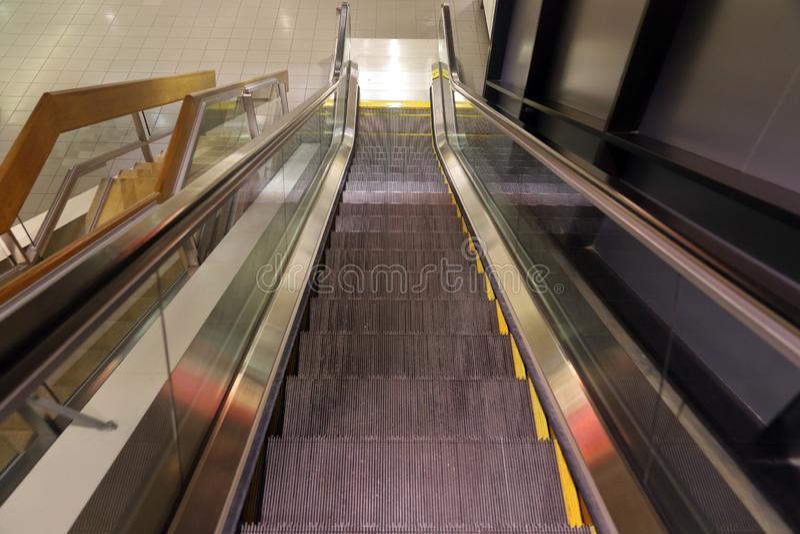 Κοίταγμα κάτω από μια κυλιόμενη σκάλα στοκ εικόνα με δικαίωμα ελεύθερης χρήσης