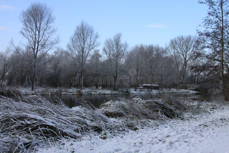 Κοίταγμα προς τον ποταμό Stour σε ένα χιονώδες πρωί στοκ εικόνες με δικαίωμα ελεύθερης χρήσης