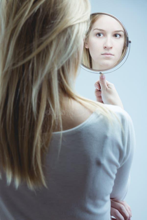 Κοίταγμα στον καθρέφτη στοκ φωτογραφία με δικαίωμα ελεύθερης χρήσης
