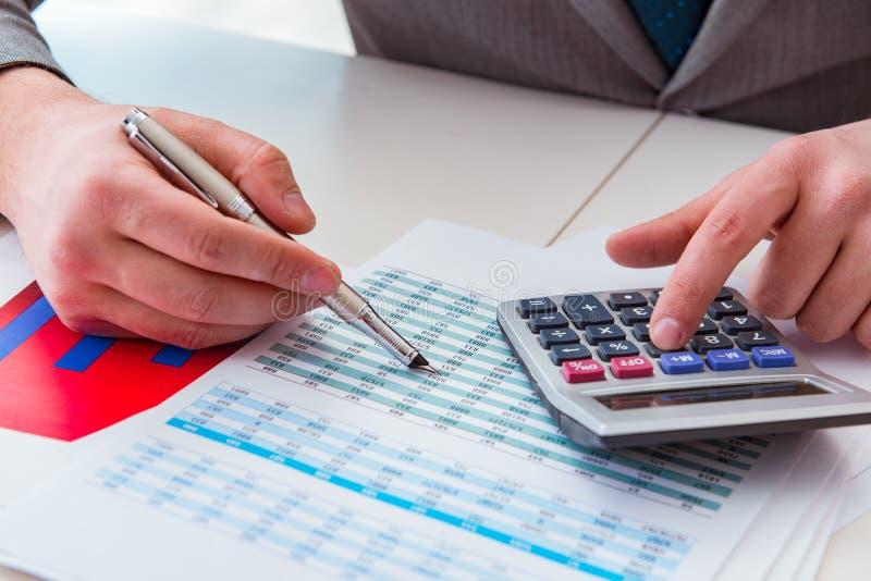 Κοίταγμα των αναλυτών χρηματοδότησης και οικονομικές εκθέσεις στοκ φωτογραφίες