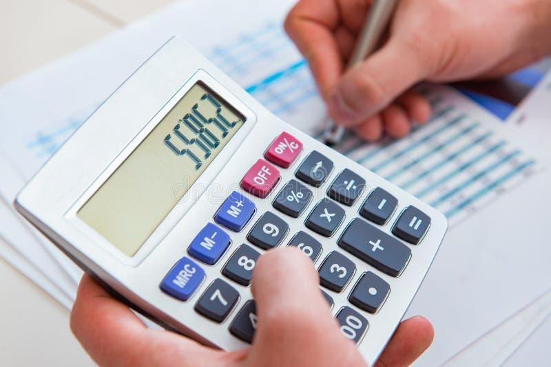 Κοίταγμα των αναλυτών χρηματοδότησης και οικονομικές εκθέσεις στοκ εικόνες με δικαίωμα ελεύθερης χρήσης