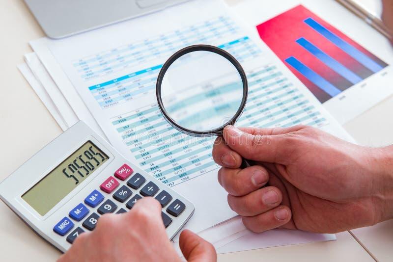 Κοίταγμα των αναλυτών χρηματοδότησης και οικονομικές εκθέσεις στοκ εικόνες