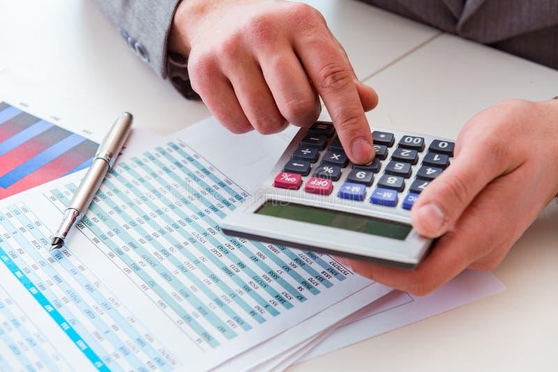 Κοίταγμα των αναλυτών χρηματοδότησης και οικονομικές εκθέσεις στοκ φωτογραφία