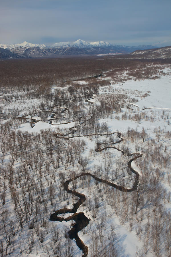 Κοίτη πλημμυρών των μαιάνδρων ποταμών χιονώδες tundra βουνών στοκ φωτογραφία με δικαίωμα ελεύθερης χρήσης