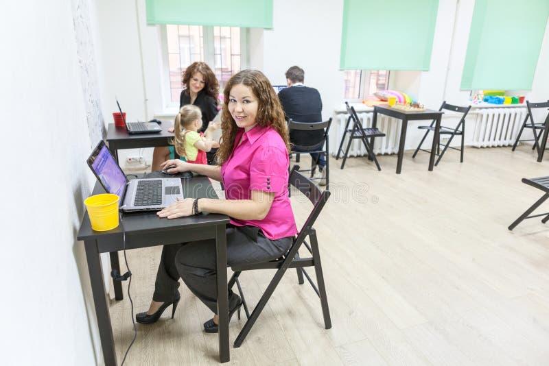 Κοβάλτιο-εργαζόμενο δωμάτιο με τους ευτυχείς εργαζόμενους στοκ εικόνες