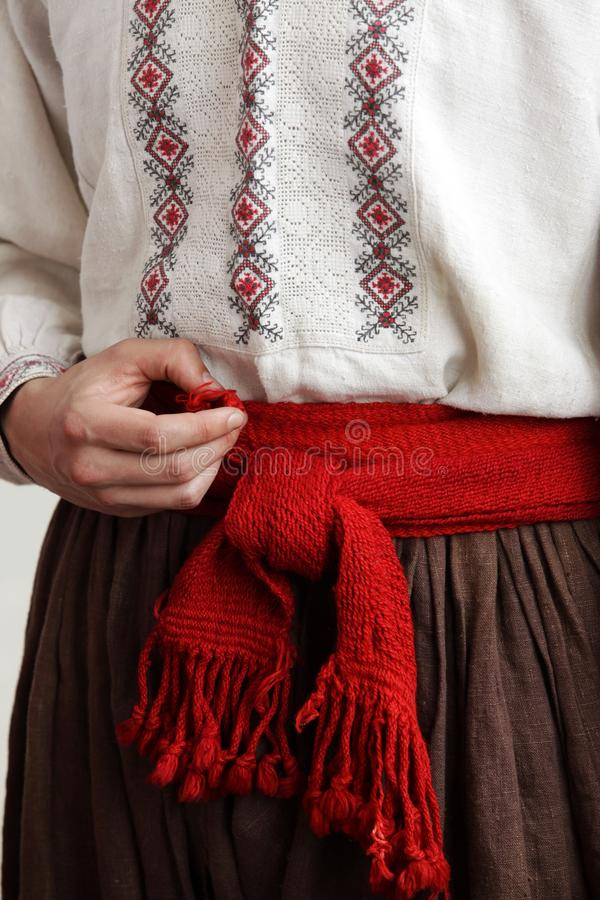 Κοζάκ με κεντημένο πουκάμισο με κόκκινη ζώνη στοκ φωτογραφίες με δικαίωμα ελεύθερης χρήσης