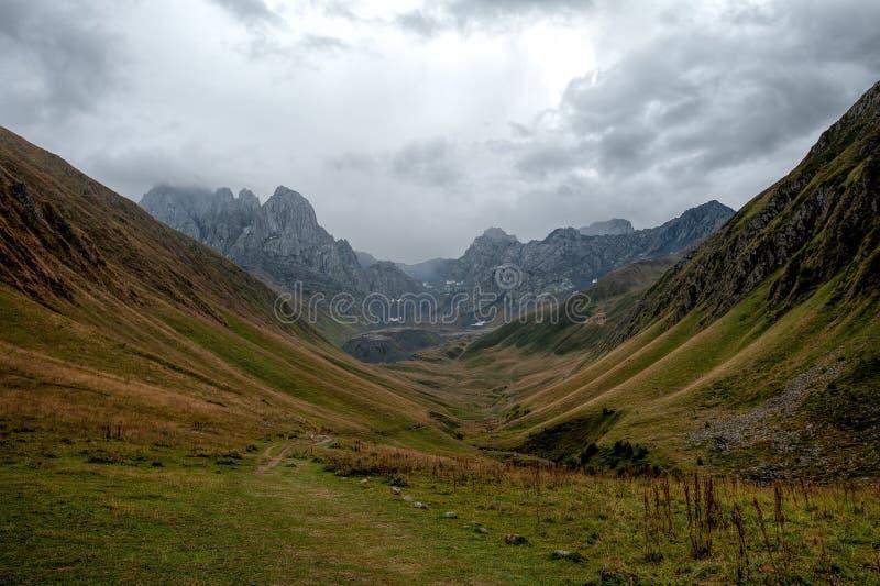 Κοιλάδα κοντά στο όρος Chaukhi κοντά στη Γιούτα, Γεωργία στοκ φωτογραφία