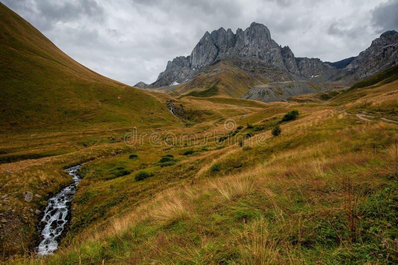 Κοιλάδα κοντά στο όρος Chaukhi κοντά στη Γιούτα, Γεωργία στοκ φωτογραφία με δικαίωμα ελεύθερης χρήσης
