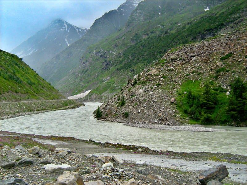Κοιλάδα Λεχ Λαντάχ με βουνά και ποτάμι στοκ φωτογραφία