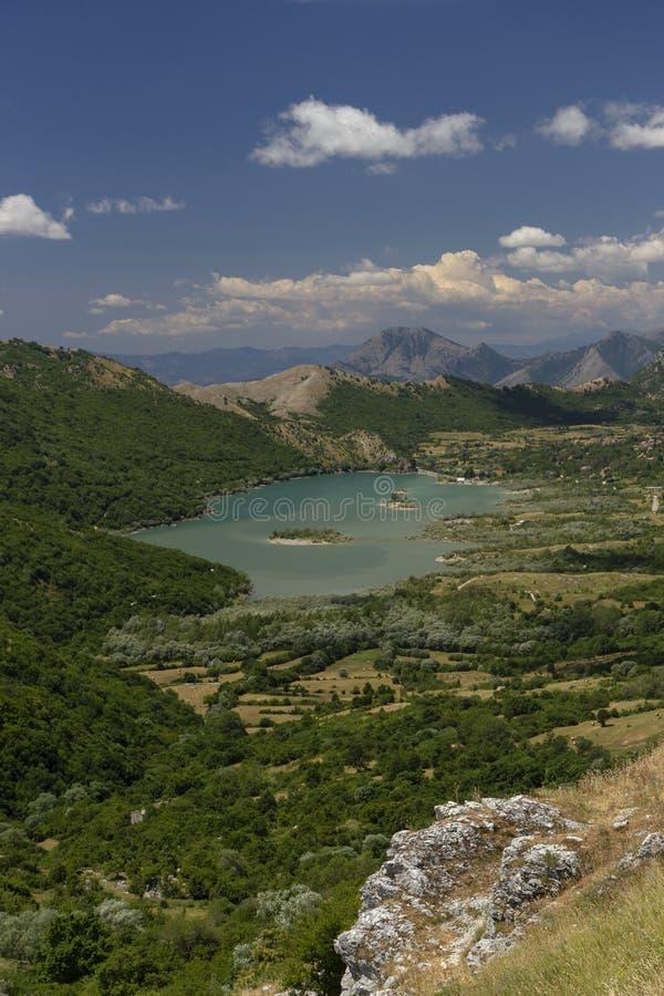 Κοιλάδα με τη λίμνη στοκ εικόνα